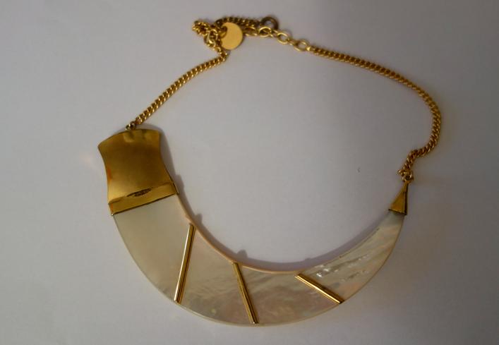 Il mio girocollo di Helietta Caracciolo di madreperla e metallo dorato