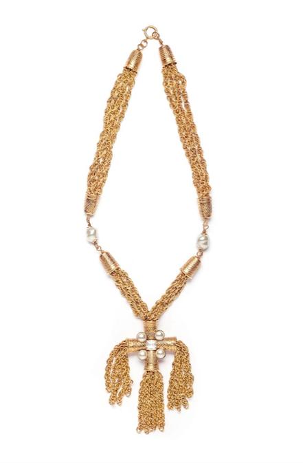 Collana Ditali in ottone dorato, perle di imitazione, strass di Moschino. Foto Francesco di Bona