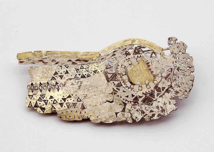 E qui dalla tecnica all'arte... Spilla, oro, argento, leghe di rame, 1993