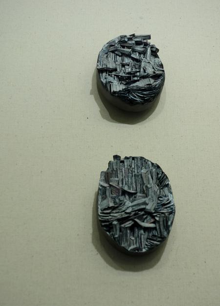 Le spille di Attai Chen di arta, pittura, argento, legno, grafite e acciaio inossidabile